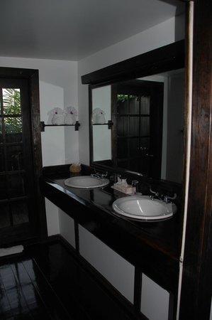 COCOS Hotel Antigua: Bathroom