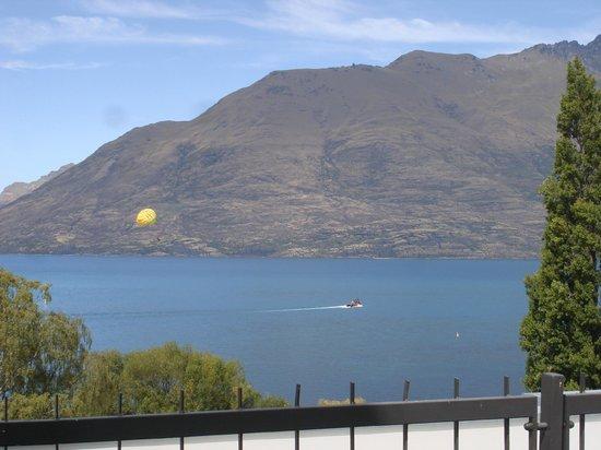 Rydges Lakeland Resort Hotel Queenstown: Вид на озеро с балкона