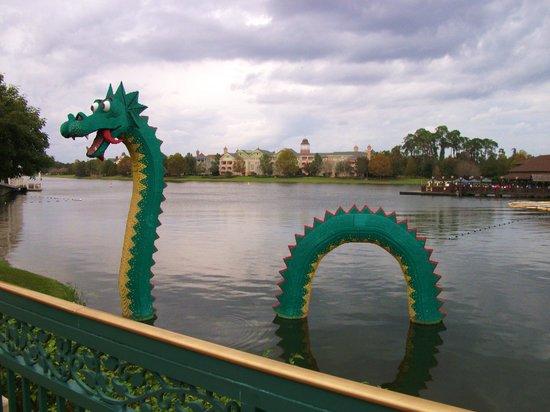 Disney Springs : Dragon made of legos!
