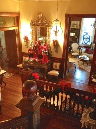 Chipley Murrah Bed & Breakfast: Stairs in Main Foyer