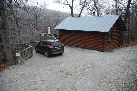 Pine Lodge Resort: Parking beside cabin-very private