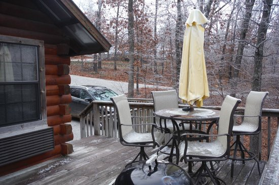 Pine Lodge Resort: View from deck to parking