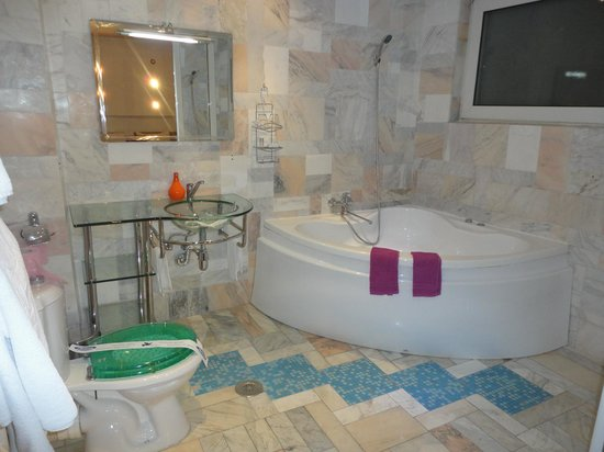 Amethyst House Huge Tub Modern Bathroom