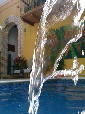 Hotel Casa Gloria: Vista desde la pequeña pero relajante piscina.