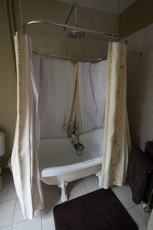 B&B La Marquise de Bassano: Bath tub - the library room