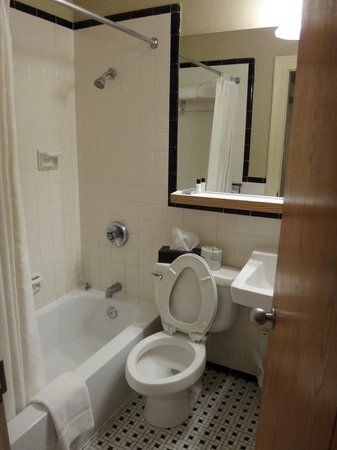 The Shawnee Inn and Golf Resort: Bathroom