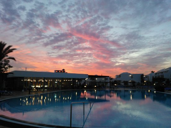 Hotel Floresta: Eveening sunset at the pool
