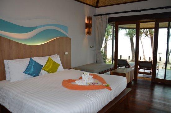 Tup Kaek Sunset Beach Resort : chambre du bungalow plage