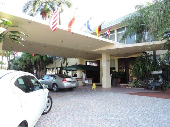 Days Hotel - Thunderbird Beach Resort: Entrada do hotel