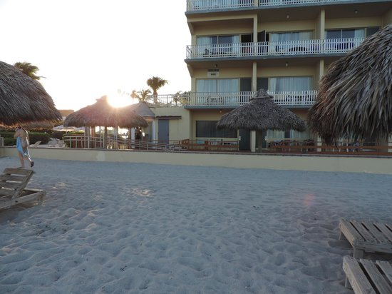 Days Hotel - Thunderbird Beach Resort: Vista pela praia
