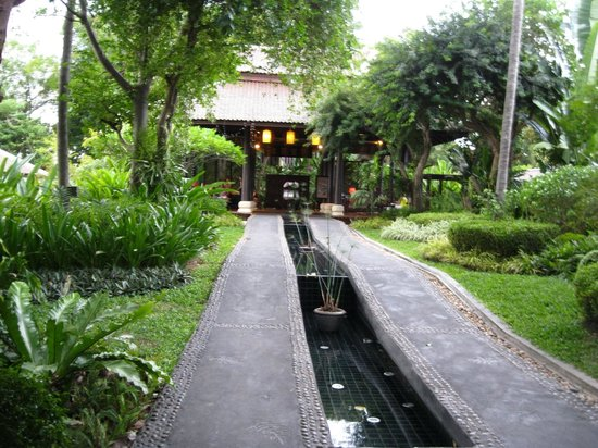 Anantara Lawana Koh Samui Resort : Path ways leading up to the outdoor reception