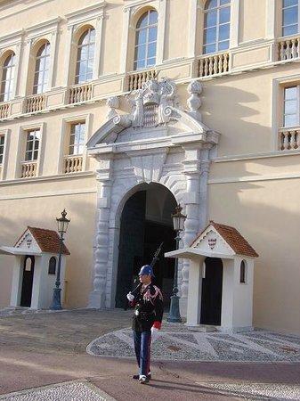 Prince's Palace (Palais du Prince) : 宮殿を護る衛兵