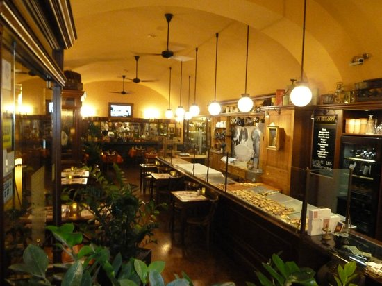 First Strudel House of Pest: The lovable decor inside - nice curves and great charachter lighting