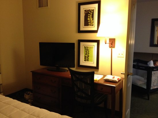 Homewood Suites by Hilton Minneapolis - Mall of America: TV & Desk in Bedroom