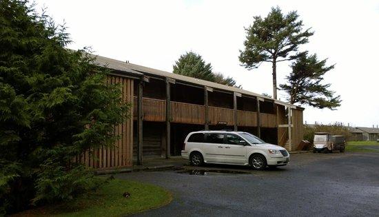 Kalaloch Lodge: Parking area of Seacrest Building