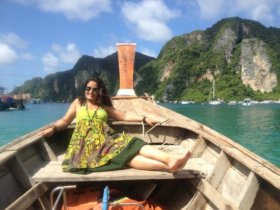 Phi Phi Natural Resort: Passeio de Long tail boat em frente ao hotel