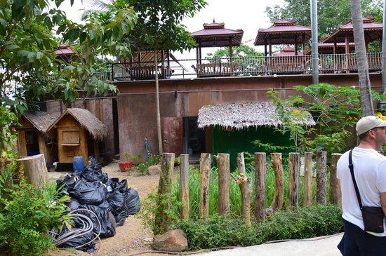 Rantee Cliff Beach Resort: arrivée à l'accueil et restaurant, superbe vue sur les poubelles en plein hotel