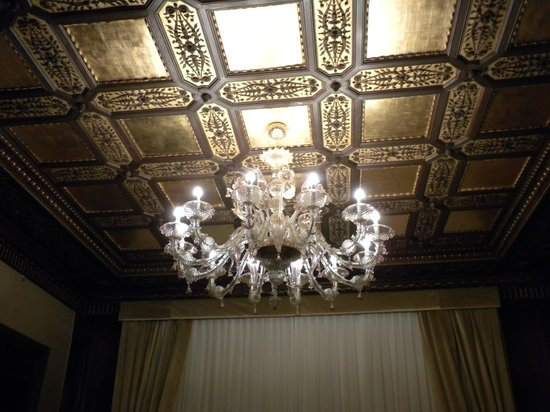 Hotel Ai Reali di Venezia : Junior Suite - view of chandelier and gold leaf ceiling