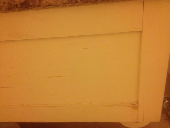 DoubleTree by Hilton - Washington DC - Crystal City: Worn out bathroom furniture.