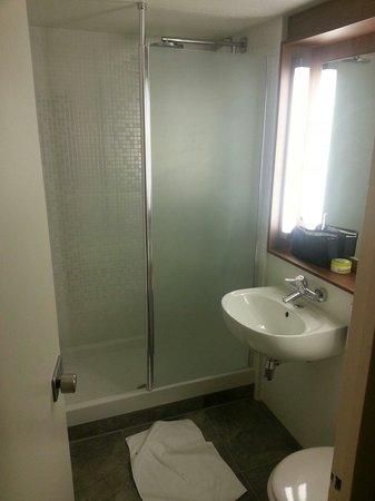 Campanile Valence Sud : La salle de bain