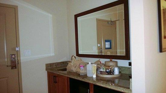 Hampton Inn & Suites Salem : Kitchen/Entry Area
