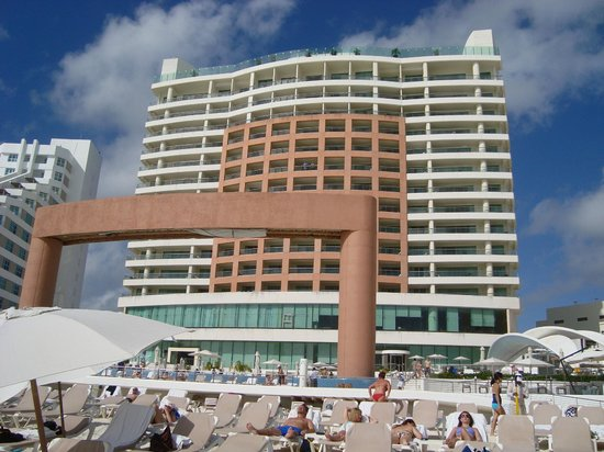 Beach Palace: Hotel from the beach