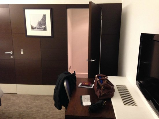 Park Grand London Paddington: Television, Desk and walk in closet