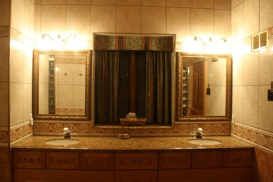 Couples Resort: Bathroom - Chateau Lyra