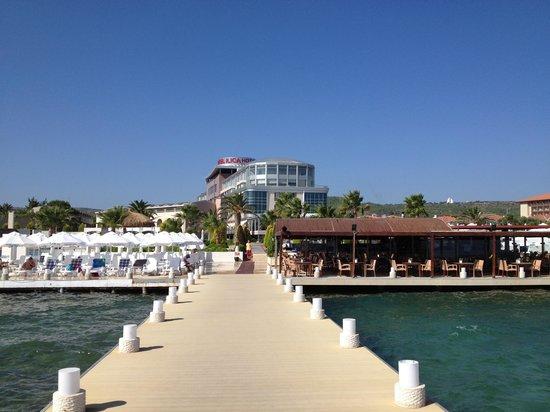 Ilica Hotel Spa & Thermal Resort: 海からホテルを望む