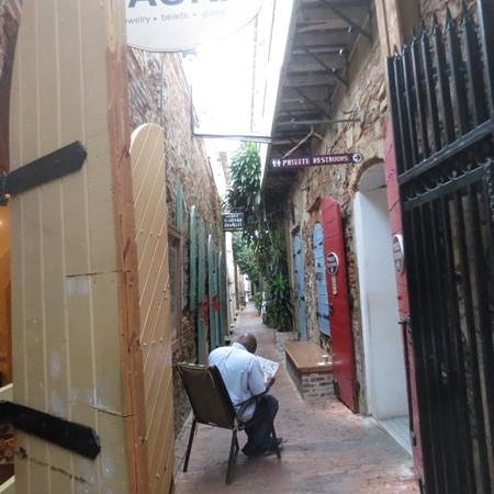 Gladys' Cafe: down the alley