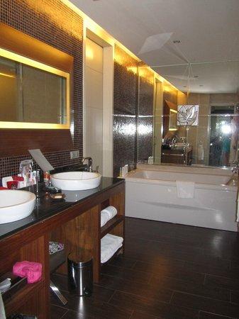 Gran Meliá Palacio de Isora Resort & Spa: Bathroom in master suite