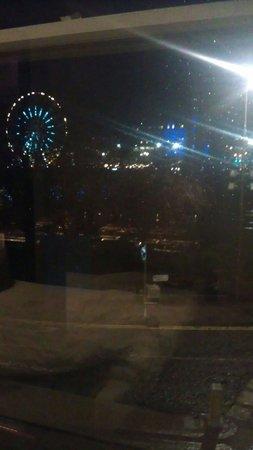 Motel One Edinburgh-Royal: View from window at night - Christmas market