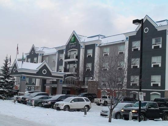 Holiday Inn Express Hotel & Suites Calgary South: Snow all around the hotel