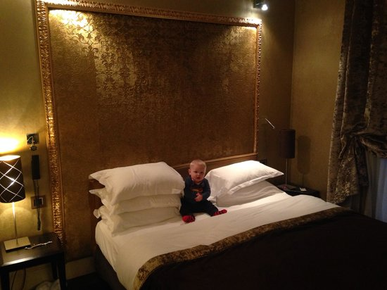 Hotel Ares Paris: Our bed and our little lad!