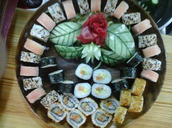 Hermosa bandeja de sushi con decoraciones especiales hechas con vegetales por el chef forero - Bandejas para sushi ...
