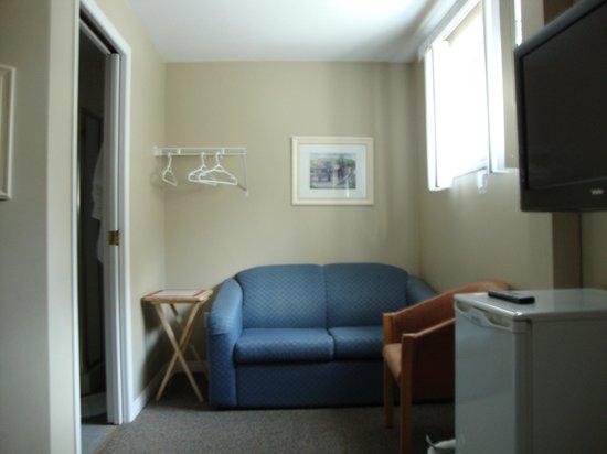 De Rock Arch Place: Sofá da suite