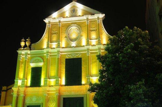 St. Dominic's Church: ライトアップされた聖ドミニコ教会