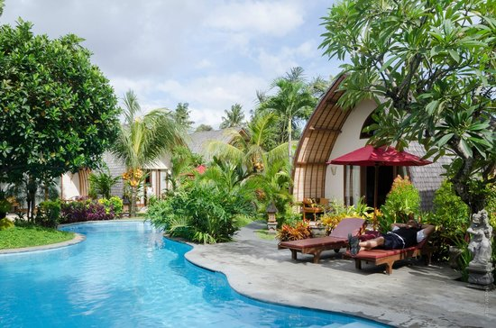 Klumpu Bali Resort: Pool and nicely landscaped surrounds