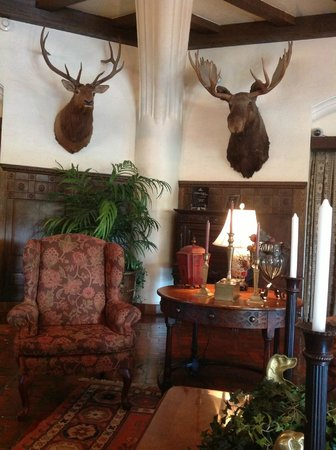 Best Western Premier Mariemont Inn: a corner of the lobby