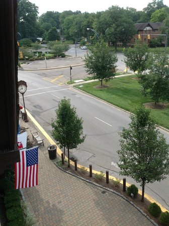 BEST WESTERN PREMIER Mariemont Inn: view from a street room