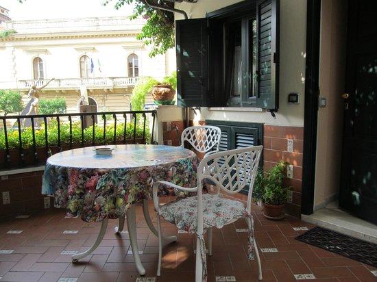 Villa Elisa Casa Vacanze: Upper apartment balcony.