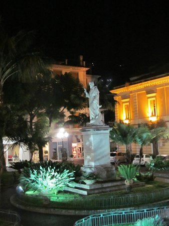 Villa Elisa Casa Vacanze: Piazza San Antonino at night