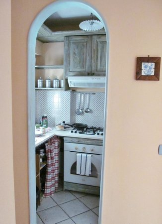 Villa Elisa Casa Vacanze : Teeny kitchen, but has everything you need.