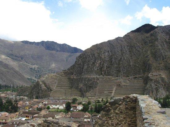 Pinkuylluna Mountain Granaries: Vista para as ruínas de Ollantaytambo, Vale Sagrado