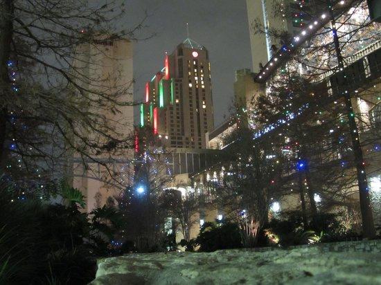San Antonio Marriott Rivercenter: Hotel from Riverwalk (far shot)