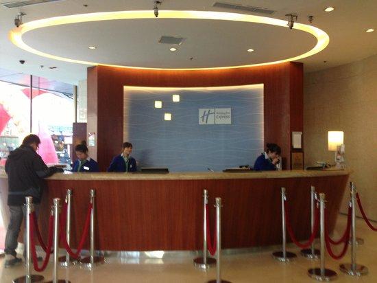 Holiday Inn Express City Centre Dalian: Service counter