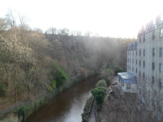 Britannia Edinburgh Hotel: The River Leith runs alongside the Hotel!