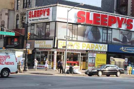 Gray's Papaya: Fachada externa tão vista no cinema