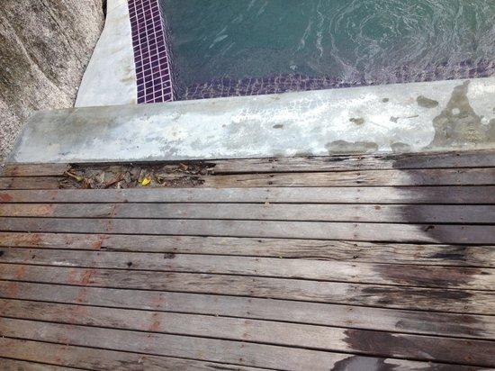 Thipwimarn Resort: The floor is broken and very sharp. You will get hurt!