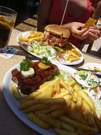Brisas del Mar: Rumpsteak und XXL Hamburger (größer als sie auf dem Foto wirken!)